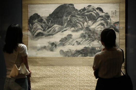 """""""Inwangjesaekdo (Clearing after Rain on Mount Inwang)""""″ by Jeong Seon (1676-1759), which is Korea's National Treasure No. 216, is now on view at the National Museum of Korea in central Seoul. It is part of the two-month exhibition """"A Great Cultural Legacy: Masterpieces from the Bequest of the Late Samsung Chairman Lee Kun-hee.""""″Featuring 45 artworks and artifacts from the Lee Kun-hee collection donated to the museum, the exhibition kicks off today and runs through Sept. 26. [YONHAP]"""