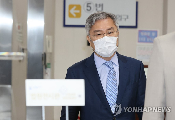 In this file photo, Open Minjoo Party Chairman Choe Kang-wook enters the Seoul Central District Court on May 21, 2021, to attend his trial. Choe was standing trial for having defamed former Channel A reporter Lee Dong-jae.  [YONHAP]