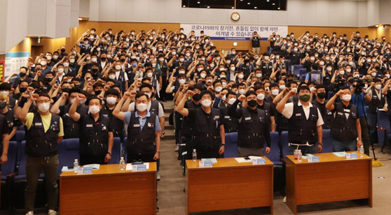 Hyundai Motor's unionized workers hold a meeting on July 5. [YONHAP]