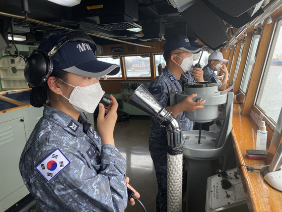 A special operations team dispatched to the Munmu the Great destroyer in the Gulf of Aden conduct pre-departure exercises and checks of the ship before sailing it back to Korea on Wednesday. [YONHAP]