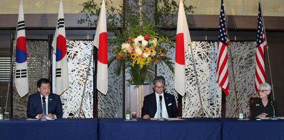 From left, Korea's First Vice Foreign Minister Choi Jong-kun, Japanese Vice Foreign Minister Takeo Mori, and U.S. Deputy Secretary of State Wendy Sherman hold a joint press conference following their meeting in Tokyo on Wednesday. [YONHAP]