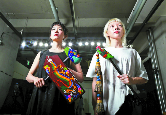 Park Min-hee, left, and Choi Hye-won of alt-electronic duo Haepaary [JOONGANG ILBO]