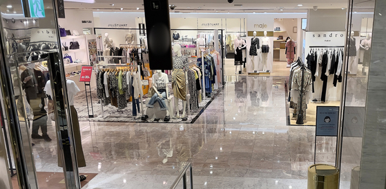A department store in Seoul is largely empty on Wednesday. Revenue at the three major department store operators in Korea — Shinsegae, Lotte and Hyundai — dropped by more than 10 percent in the first week since the strongest Level 4 social distancing scheme was initiated on July 12 compared to a week earlier. [NEWS1]