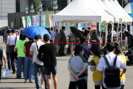 People line up to get tested for Covid-19 at Seoul Station Square in central Seoul on Wednesday as the country's Covid-19 record hit high with 1,784 patients. [NEWS1]