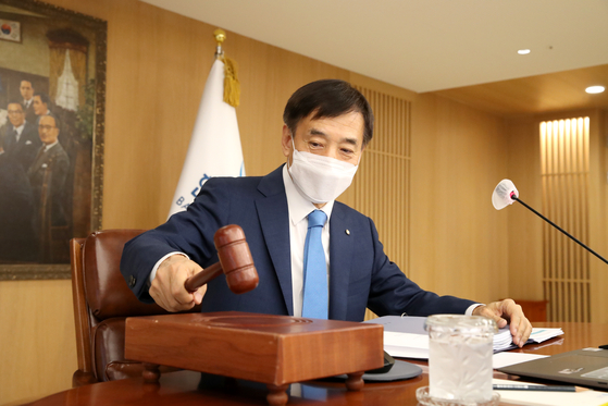 Bank of Korea Gov. Lee Ju-yeol on Thursday confirm the decision by the bank's monetary policy board to hold the benchmark rate at a record low 0.5 percent. [BANK OF KOREA]