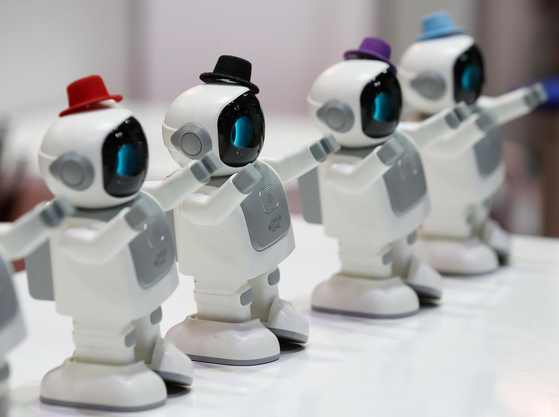 Robot speakers dance along to music at a booth at the ″2021 Smart Device Trade Show″ at Coex, southern Seoul on Thursday. The show kicked off Thursday and will run through Saturday. [YONHAP]