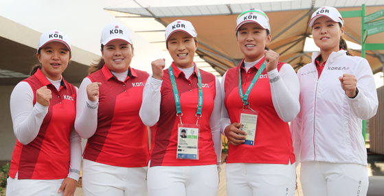 The Korean golf team — from left, Kim Sei-young, Park In-bee, Olympic coach Pak Se-ri, Amy Yang and Chun In-gee — pose for a picture at the 2016 Rio Olympics. [JOINT PRESS CORPS]
