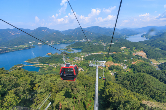 A cable car takes visitors to the top of Mount Bibong located in the middle of the Cheongpung reservoir. [LIETTO]