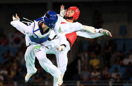 Lee Dae-hoon attacks with a turning kick, also known as Dollyeo Chagi, against Jaouad Achab of Belgium at the 2016 Rio Olympics men's featherweight bronze medal match on Aug. 18, 2018. Lee eventually won the bronze medal. [JOINT PRESS CORPS]