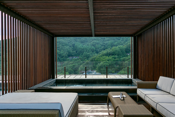 Vtop Spa, a rooftop spa, offers a view of mountains and the sky at Restree Resom in Jecheon, North Chungcheong. [LIETTO]