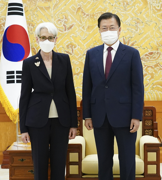 Korean President Moon Jae-in, right, poses with U.S. Deputy Secretary of State Wendy Sherman, left, in the Blue House on Thursday. Moon asked Sherman to play a proactive role for the resumption of talks between Washington and Pyongyang. [YONHAP]