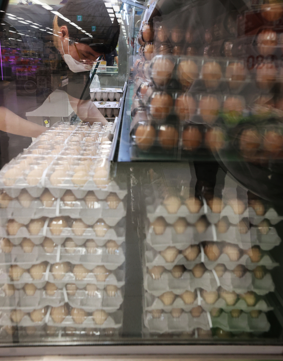 An employee arranges eggs at a discount mart in Seoul on Thursday. According to Consumers Korea, the average price of a pack of 10 eggs is up 3.9 percent compared to two months ago, when data was last collected. [YONHAP]