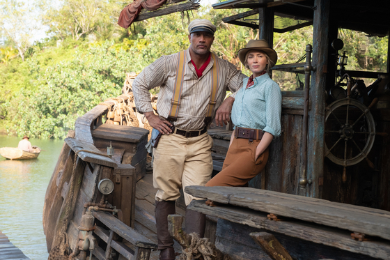 """Dwayne Johnson, left, and Emily Blunt as a riverboat captain Frank and a British scientist Dr. Lily Houghton in the upcoming film """"Jungle Cruise."""" [WALT DISNEY COMPANY KOREA]"""