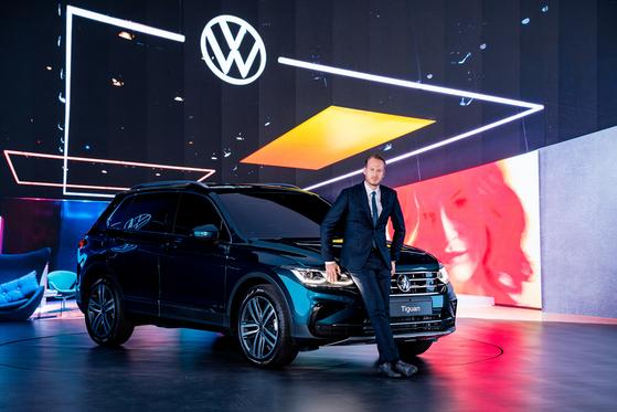 Stefan Krapp, managing director of Volkswagen Korea, poses with the new Tiguan SUV on Thursday. [VOLKSWAGEN KOREA]
