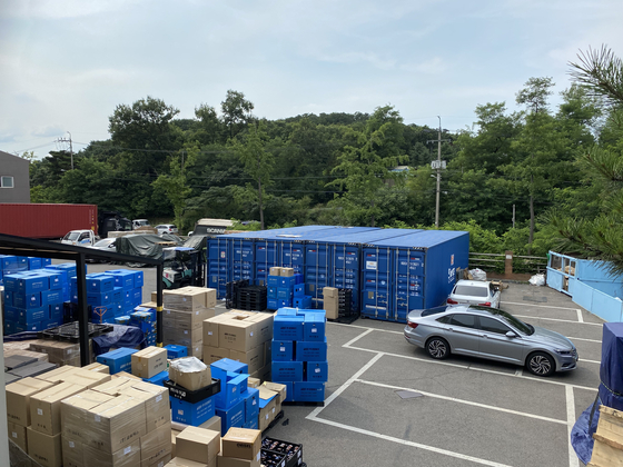 Izen's parking lot at Gimpo, Gyeonggi. Booking container ships is very difficult, and the company has been storing bidets in shipping containers in its parking lot until it can schedule exports. [KANG KI-HEON]