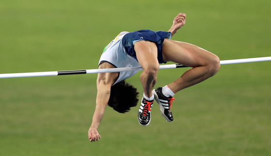 Woo Sang-hyuk jumps in the men's high jump qualification round at the 2016 Rio Olympics in Rio de Janeiro, Brazil on Aug. 14, 2016. [JOONGANG ILBO]