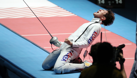 Park Sang-young celebrates after winning his individual epee gold medal at the 2016 Rio Olympics. [JOINT PRESS CORPS]