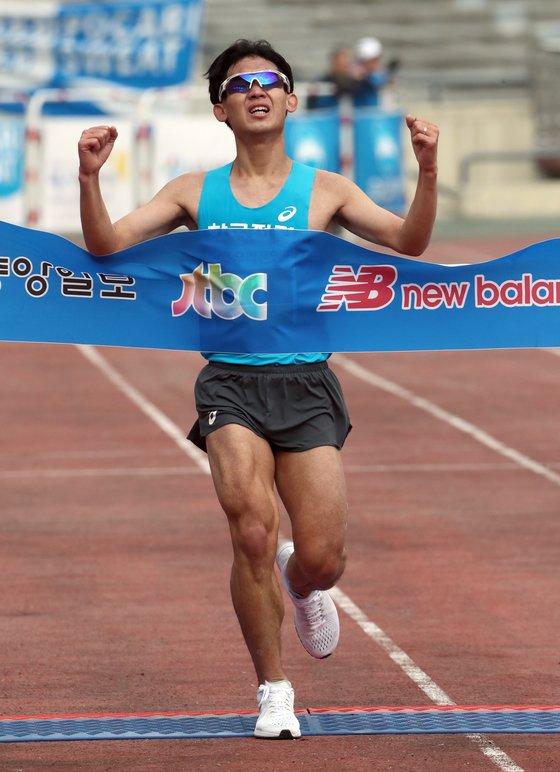 Shim Jung-sub won the JoongAng Marathon, November 5, 2017. [YONHAP]