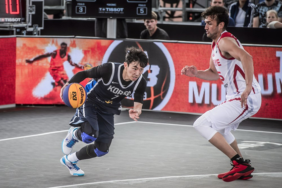 Park Min-su, left, takes the ball in a game against Turkey at the 2019 FIBA 3x3 World Cup in June 19, 2019 at Amsterdam, Netherlands. [FIBA]