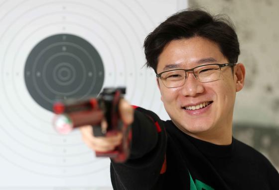 Jin Jong-oh trains at Shin-gu University in Seongnam, Gyeonggi. He is aiming for his fifth gold medal at the Tokyo Olympics. [JOONGANG ILBO]