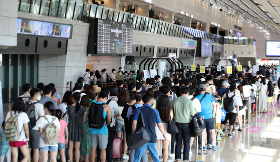 Gimpo International Airport is crowded with travelers on Thursday. According to the Ministry of Land, Infrastructure and Transport, air traffic in the first half of this year declined by 5 percent on-year, but increased by 12 percent compared to the latter half of last year. [YONHAP]