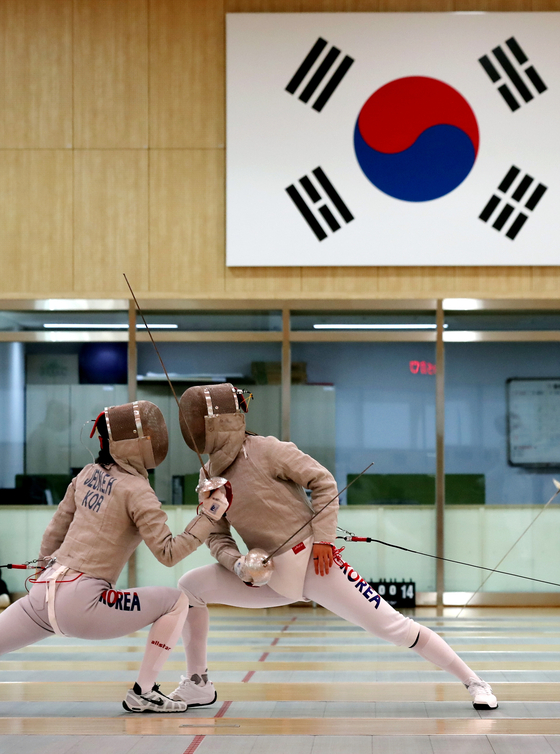 Korean sabrists practice at the Jincheon National Training Center in Jincheon, North Chungcheong. [ILGAN SPORTS]