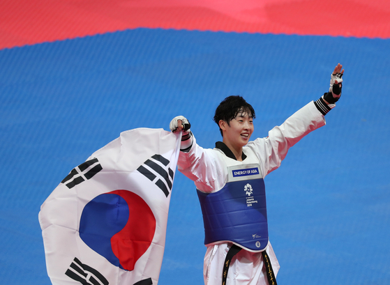 Lee Da-bin celebrates after winning the women's featherweight gold medal at the 2018 Jakarta Asian games on Aug. 21, 2018 at the Jakarta Convention Center in Jakarta, Indonesia. [YONHAP]
