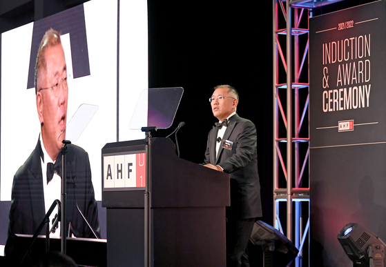 Hyundai Motor Group Chairman Euisun Chung makes an acceptance speech on behalf of his father Chung Mong-koo, who was inducted into the Automotive Hall of Fame at an event in Detroit on July 22. [HYUNDAI MOTOR]