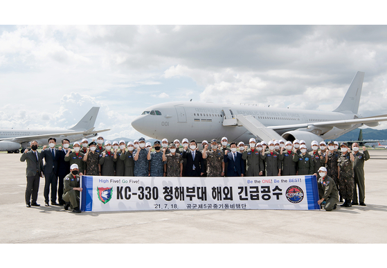 Defense Minister Suh Wook, center, poses Sunday with a team of the Air Force dispatched to the Gulf of Aden to evacuate the sailors of the Cheonghae Unit, where mass outbreaks took place in their ship.  [AIR FORCE]
