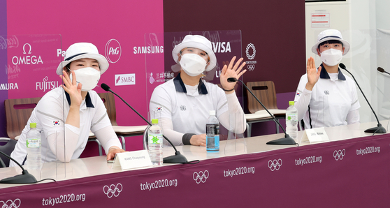 Kang Chae-young (left), Jang Min-hee and An San pose for the cameras at their press conference after making it through the women's ranking round, on Friday. [YONHAP]