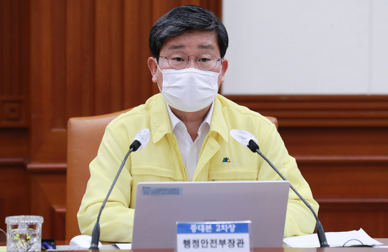 Interior and Safety Minister Jeon Hae-cheol announces Friday the government's decision to extend Level 4 social distancing measures in Seoul, Incheon and Gyeonggi.  [YONHAP]