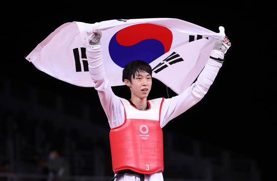 Jang Jun celebrates after winning the bronze medal in the men's 58 kilogram at Makuhari Messe Hall in Chiba, Japan. [YONHAP]