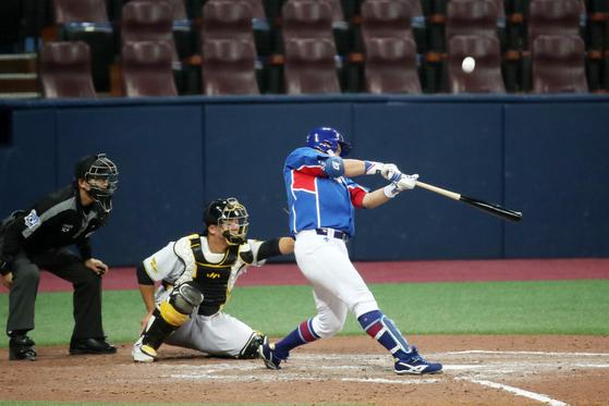 Choi Joo-hwan hits a three-run home run for the national baseball team in a tuneup game against Sangmu at Gocheok Sky Dome in western Seoul on Friday. [NEWS1]