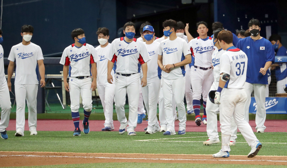 The Korean national baseball team leave the pitch after being held to a 2-2 tie by the LG Twins at Gocheok Sky Dome in western Seoul on Saturday. [ILGAN SPORTS]