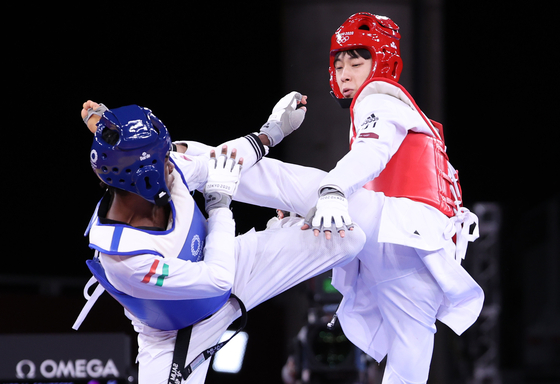 Jang Jun, right, fights Omar Salim of Hungary in the men's 58 kilogram bronze medal match at Makuhari Messe Hall in Chiba, Japan. [YONHAP]