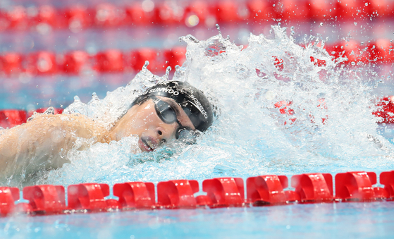 Hwang Sun-woo competes during the men's 200m freestyle heat at the Tokyo 2020 Olympic Games in Tokyo, Japan on Sunday. [XINHUA/YONHAP]