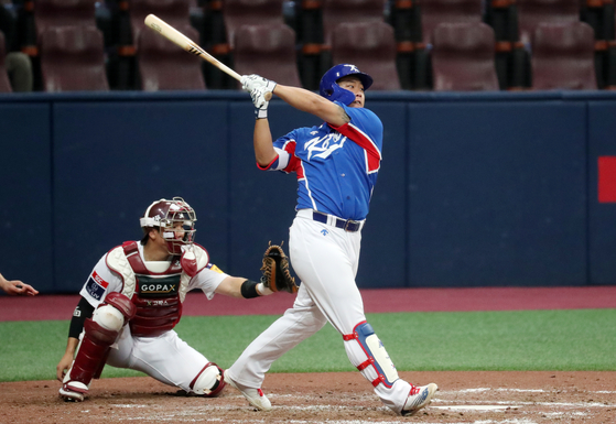 Kang Baek-ho hits a home run for the Korean national team in a tuneup game against the Kiwoom Heroes at Gocheok Sky Dome in western Seoul on Sunday. [NEWS1]
