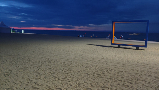 Gyeongpo Beach in Gangneung, Gangwon, remains empty on July 19. The Gangneung city government banned people from entering the beach after 8 p.m. amid the growing concerns over the spread of the coronavirus. [YONHAP]