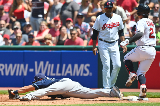 Tampa Bay Rays first baseman Choi Ji-man stretches to make the catch and force out Cleveland Indians first baseman Yu Chang during the second inning at Progressive Field on Sunday. [USA TODAY/YONHAP]
