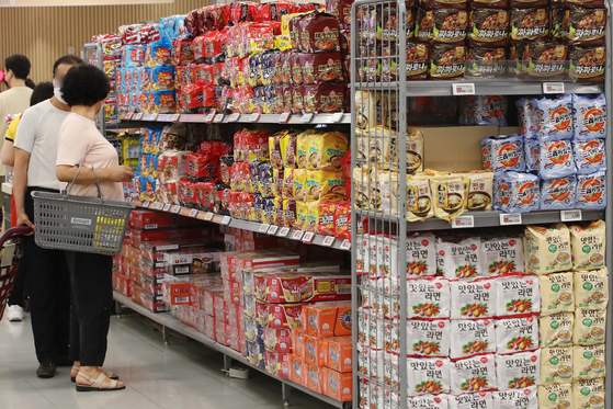 Shoppers look at ramyeon displayed at a discount mart in Seoul on Monday. According to the Korea Customs Service, exports of ramyeon during the January-to-June period rose 5.8 percent on year to $319.7 million, a record high. [YONHAP]
