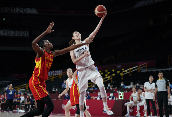 Park Hye-jin, right, drives to the basket over Spain's Astou Ndour during women's basketball preliminary round game at the 2020 Summer Olympics on Monday, in Saitama Super Arena, Saitama, Japan. [AP/YONHAP]