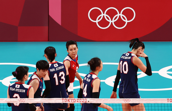 The Korean volleyball team looks disappointed after losing a point at their first women's volleyball match against Brazil at Ariake Arena in Tokyo on Sunday. [YONHAP]