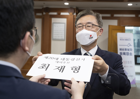 Former head of the Board of Audit and Inspection Choe Jae-hyeong registers his presidential candidacy with the National Election Commission on Monday. [NEWS1]
