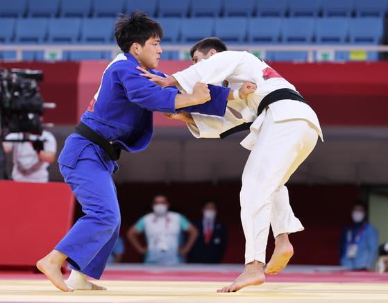 Korea's An Chang-rim fights Rustam Orujov of Azerbaijan in the men's 73 kilogram bronze medal fight at the Nippon Budokan in Tokyo on Monday. [NEWS1]