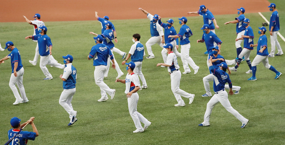 The national baseball team trains at Gocheok Sky Dome in western Seoul on July 20. [YONHAP]