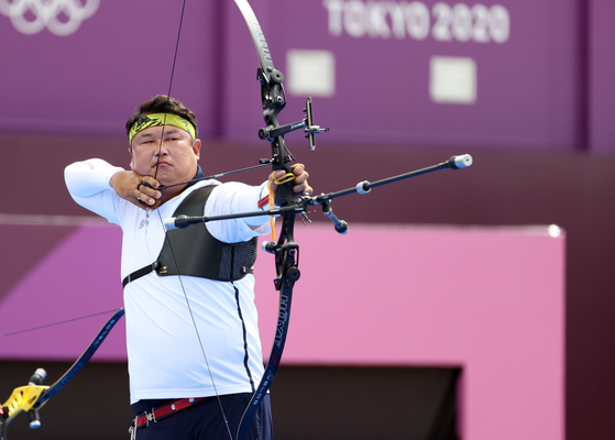 Oh Jin-hyek draws his bow back, aiming for the bull's eye at the men's team semifinal match against Japan at the 2020 Summer Olympics on Monday at Yumenoshima Park Archery Field in Tokyo. [ AP/YONHAP]