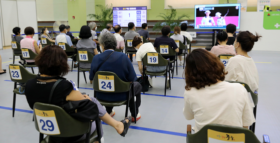 People between the ages of 55 an 59 wait for possible adverse reactions after receiving Pfizer shots at a Covid-19 vaccination center in Jung District, central Seoul on Monday. [NEWS1]