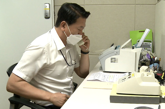 A South Korean official makes a call through the Panmunjom line at the inter-Korean truce village in Paju, Gyeonggi, Tuesday morning. The two Koreas restored all communication lines that day after 13 months. [UNIFICATION MINISTRY]