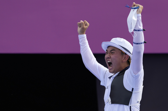Kim Je-deok celebrates at the end of the men's team semifinal match against Japan at the 2020 Summer Olympics on Monday at Yumenoshima Park Archery Field in Tokyo. [AP/YONHAP]