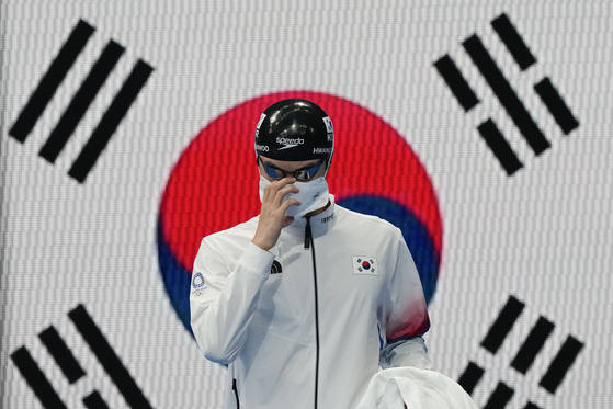 Hwang Sun-woo arrives at Tokyo Aquatics Centre in Tokyo for the men's 100-meter freestyle semifinal on Wednesday. [AP/YONHAP]